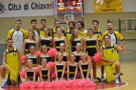 Le cheerleaders con i giocatori gialloblù chiavaresi.