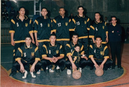 Il giovin Hamid Gaadoudi in una foto della sua squadra di club, il M.A.S., tiene vicino a sè un bimbo ben noto...