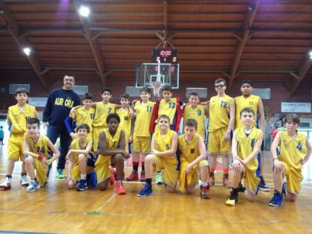 La squadra dell'Aurora under 13 con coach Ravera.