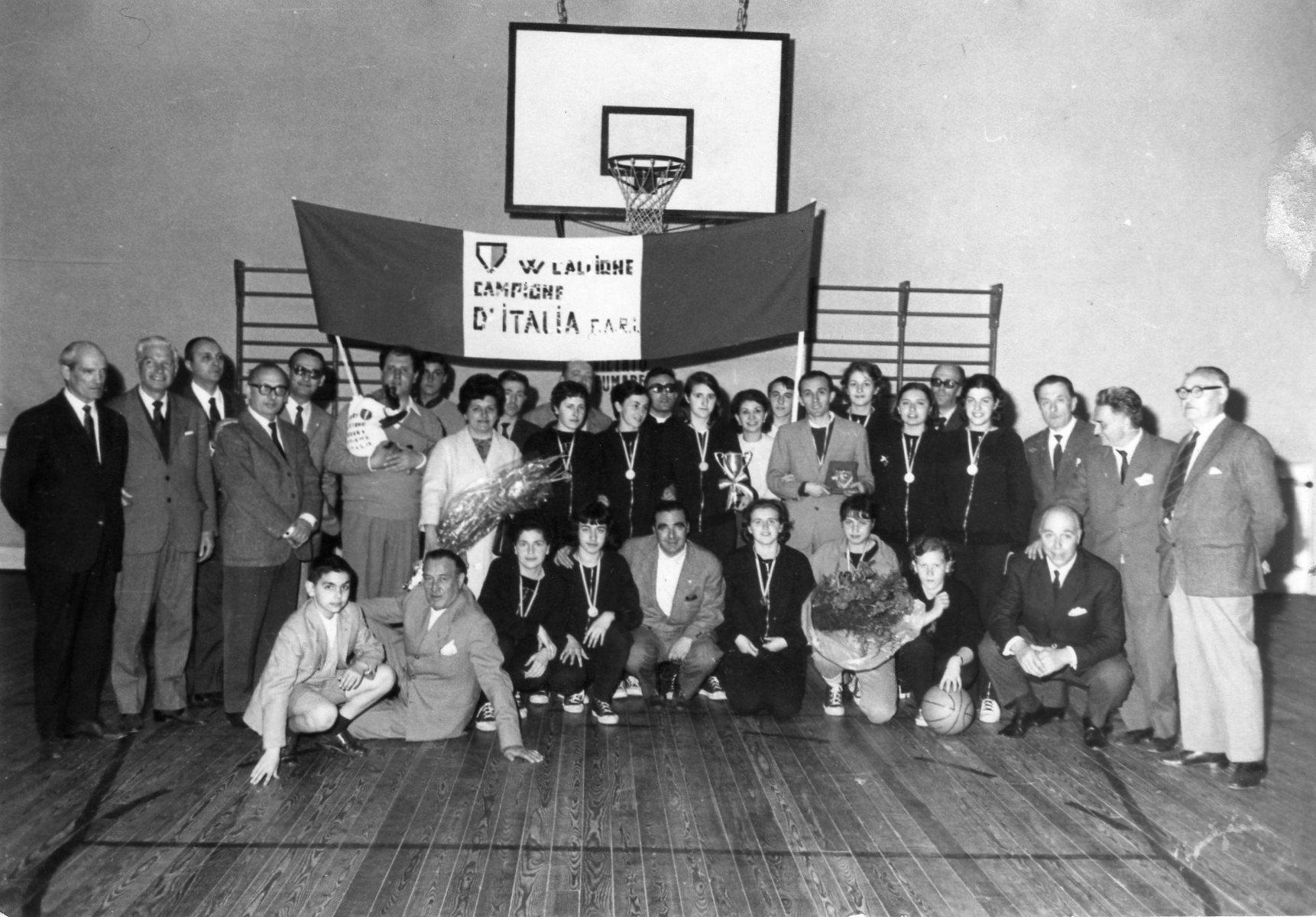trofeo-nazionale-femm-le-fari-1-classificata-casa-marchesai-premiazione-1965-c